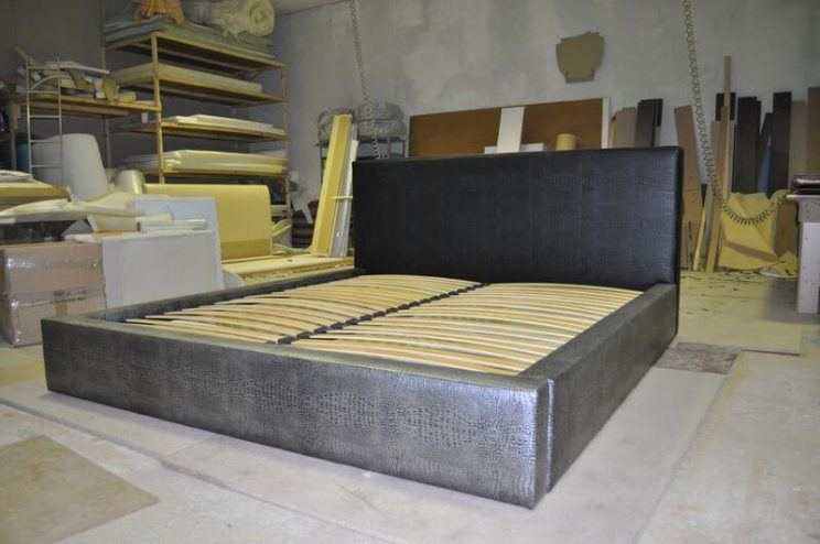 черная кровать