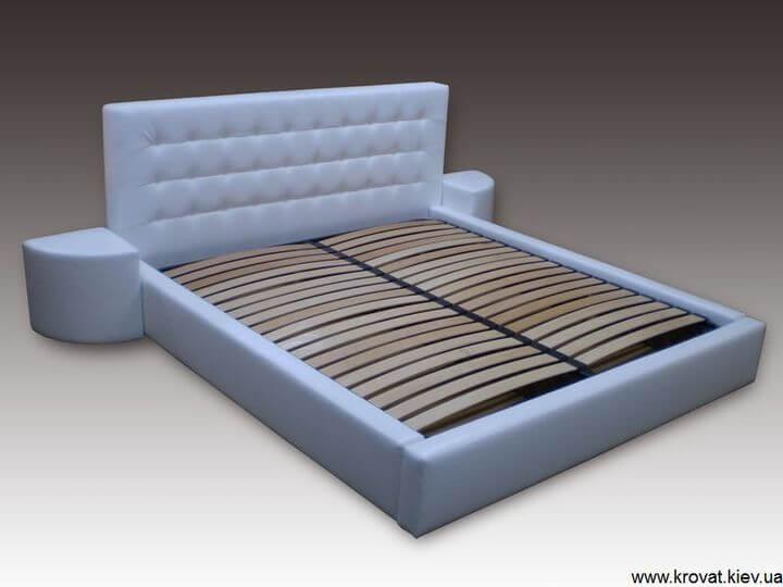 кровать с прикроватными пуфами