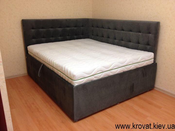 кутове ліжко в спальні