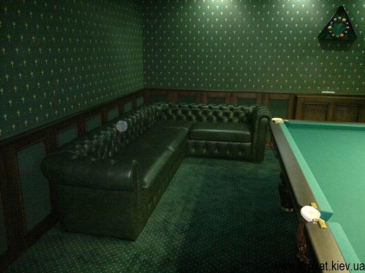 зелений диван в більярдну