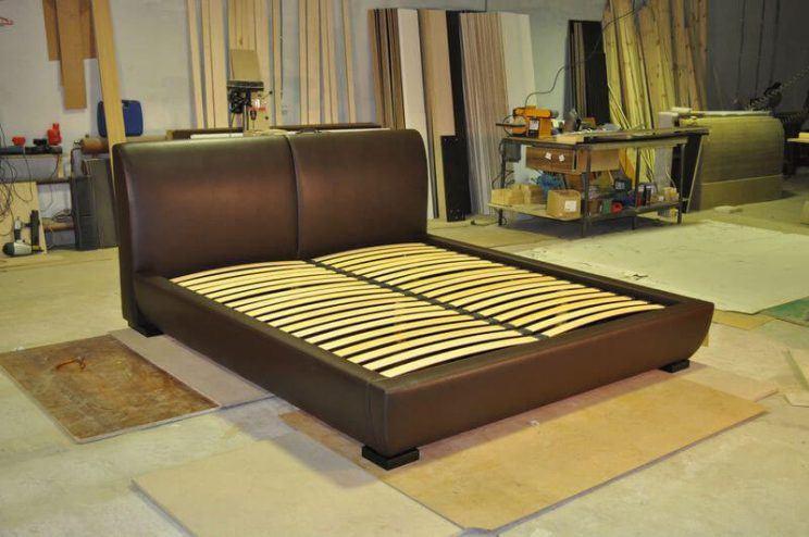 двоспальне ліжко в коричневому кольорі