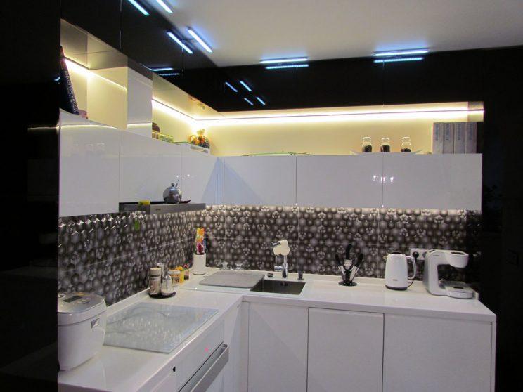 угловая кухня в черно-белом цвете на заказ