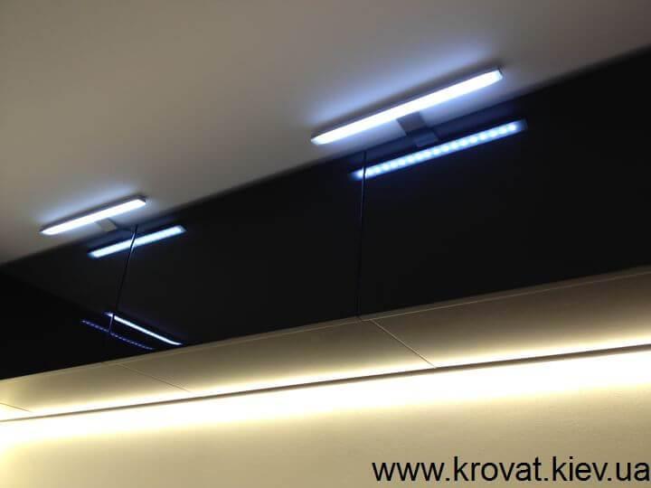черно-белая кухня с подсветкой