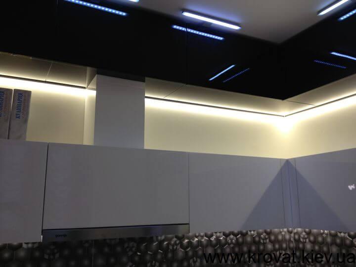 черно белая кухня с подсветкой