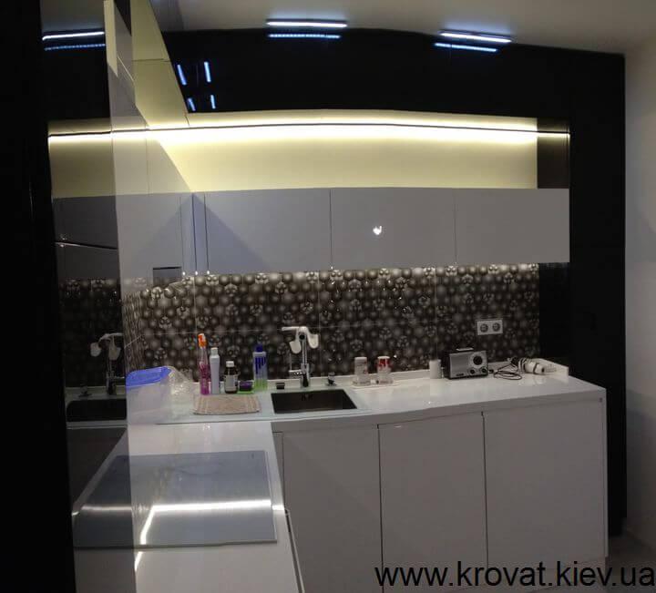 черно-белая кухня с диодной подсветкой