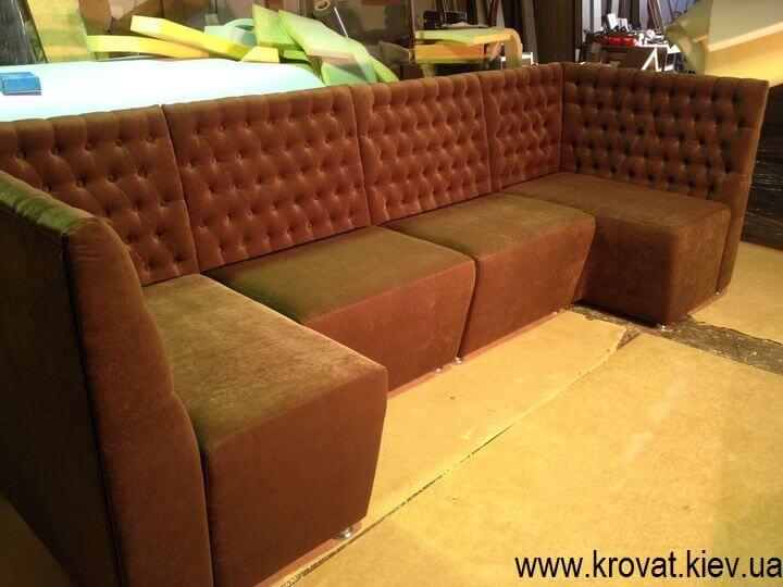 п образный диван в кафе