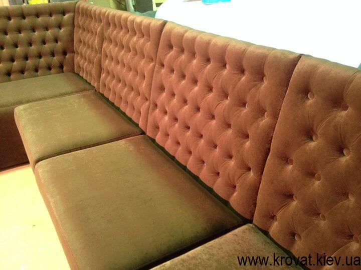 диван в кафе з гудзиками