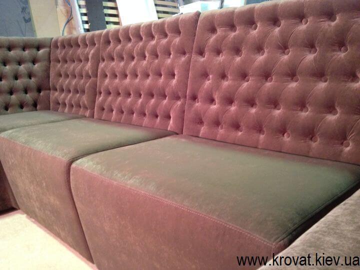 диван в кафе с каретной стяжкой