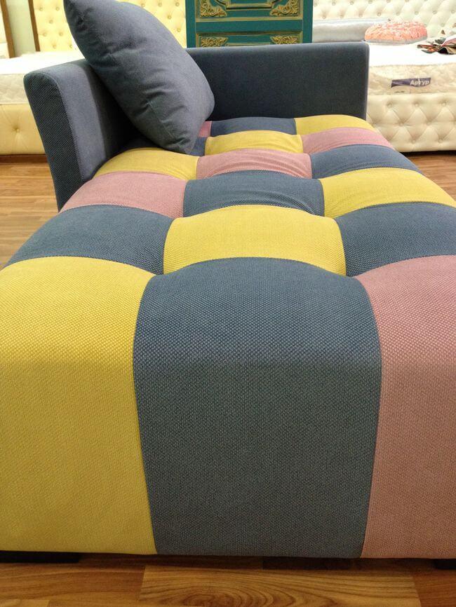 зручний диван в лаунж зону