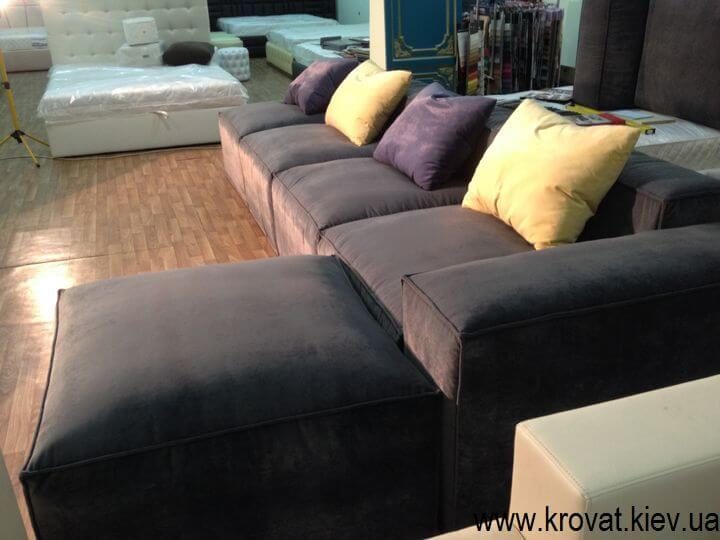 мягкий угловой диван с подушками