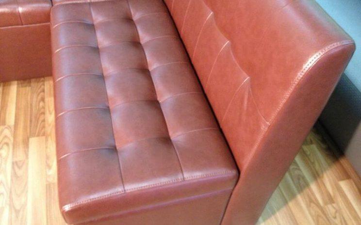 зручний диван в кафе