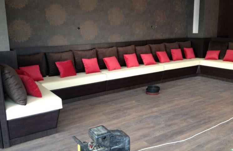 п-образный диван в кафе