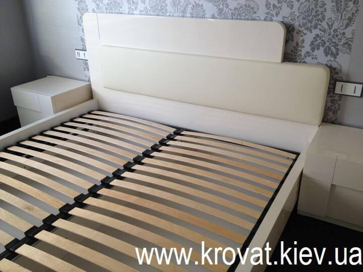 глянцевая кровать с кожей
