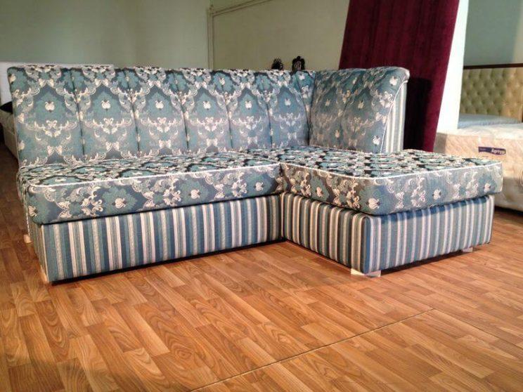 кутовий диван у вітальню