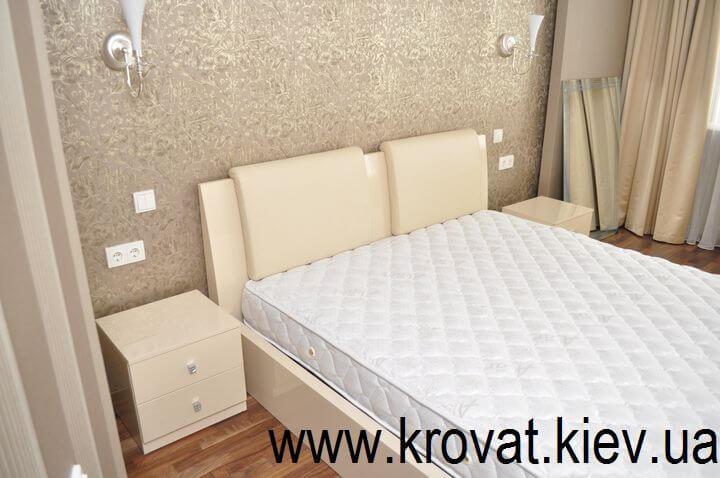 ліжко з приліжковими тумбами