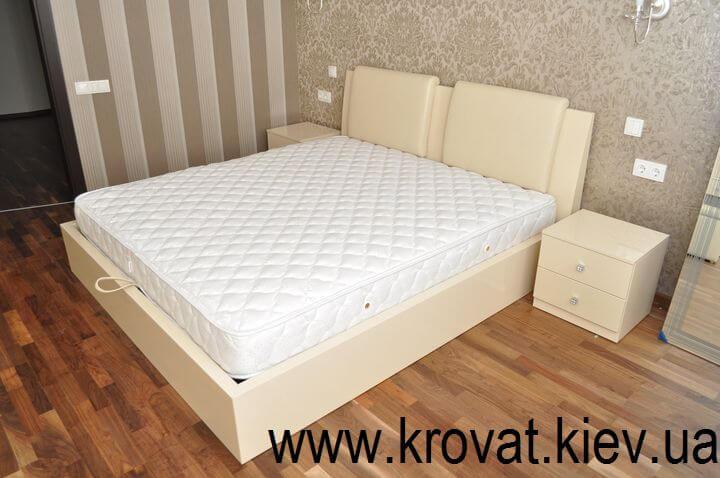 ліжко з приліжковими тумбочками