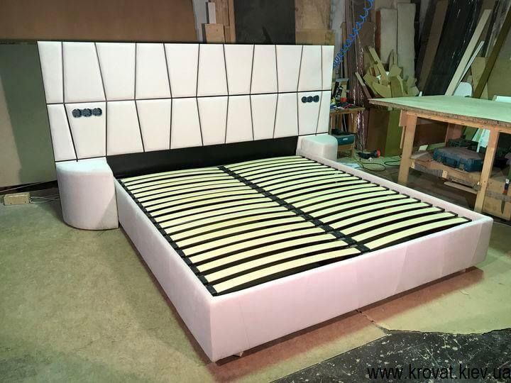 кровати с мягкими изголовьями и прикроватными пуфиками