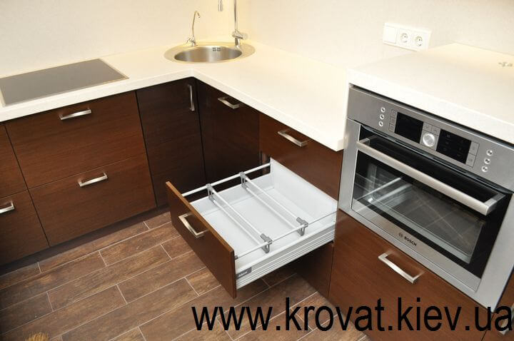 угловая кухня с фурнитурой Блюм