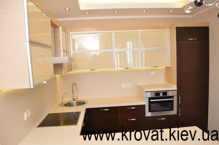 кухня с фасадами из стекла