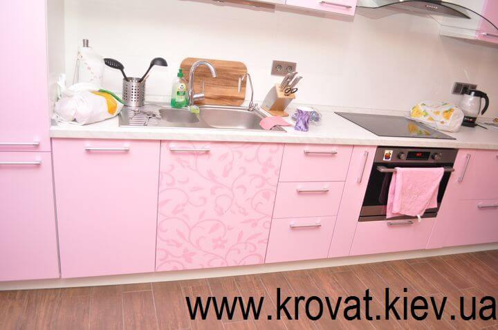 большая кухня розовая