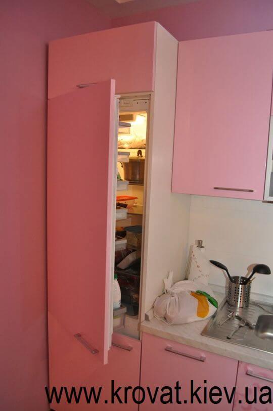 розовая кухня с встроенным холодильником