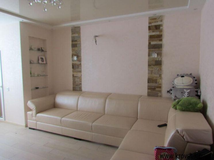 диван в інтер'єрі вітальні на замовлення