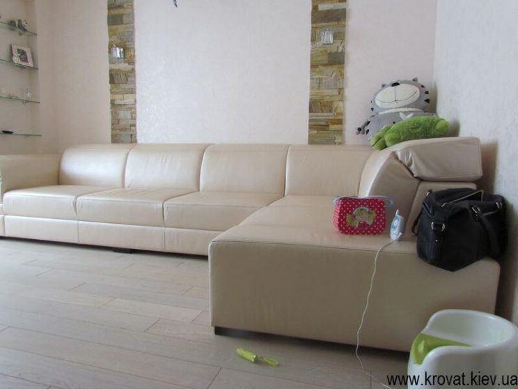 шкіряний диван в інтер'єрі вітальні на замовлення