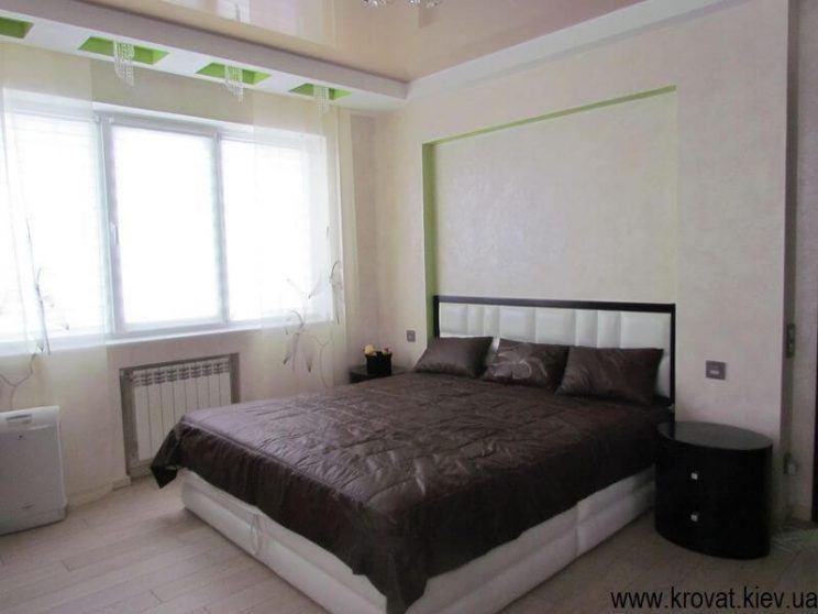 інтер'єр спальні з ліжком