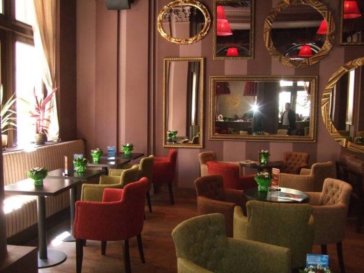кресла в кафе Глория Джинс