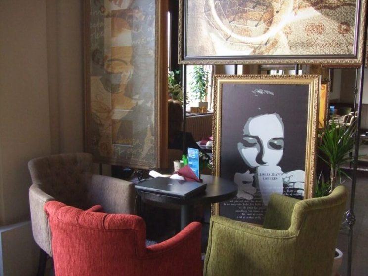 обстановка кафе мебелью