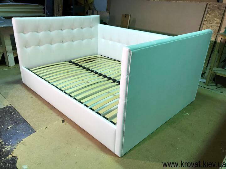 мягкие кровати с тремя изголовьями