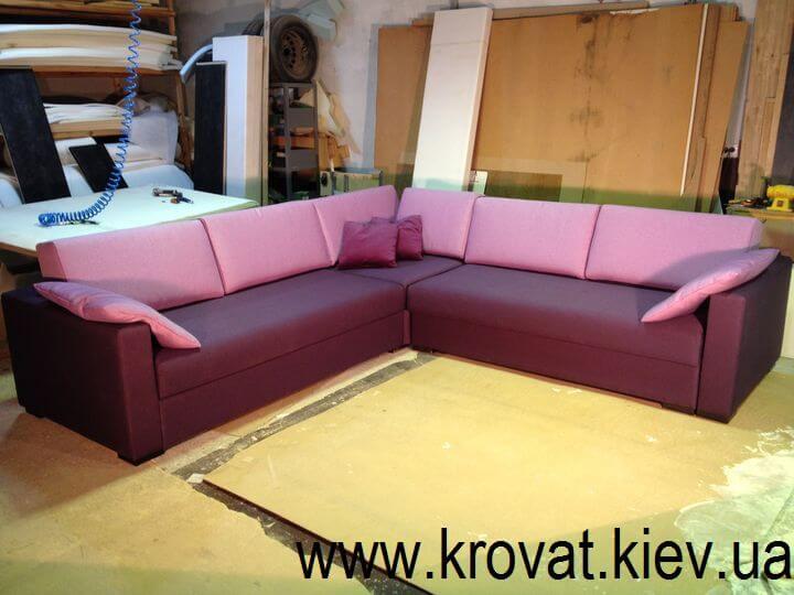 м'який кутовий диван у вітальню