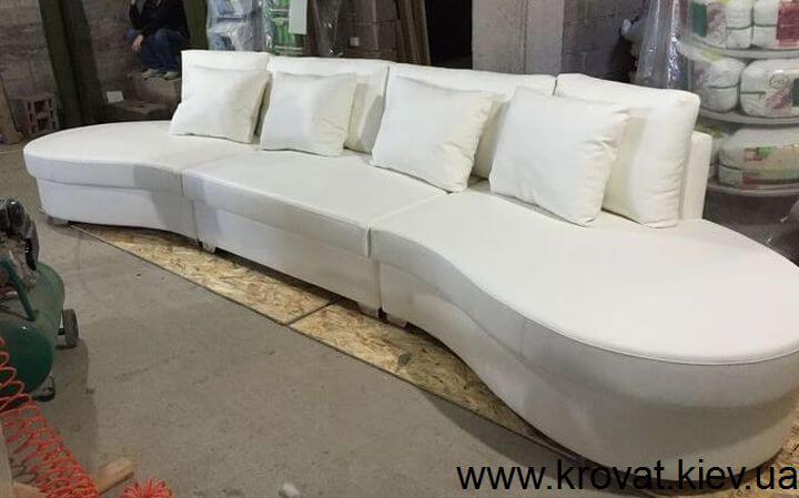 овальный диван в коже