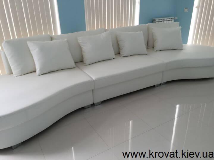 овальний диван у вітальню