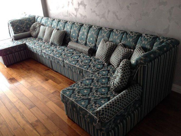м'який диван у вітальню