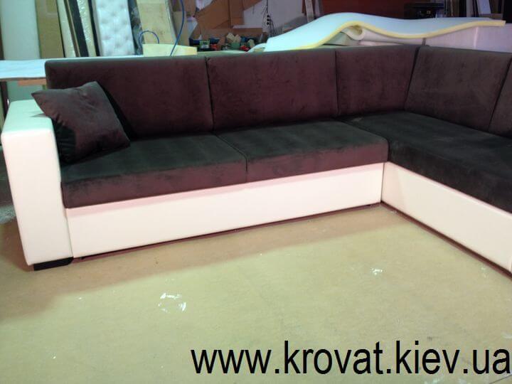 диван з книжковими полицями