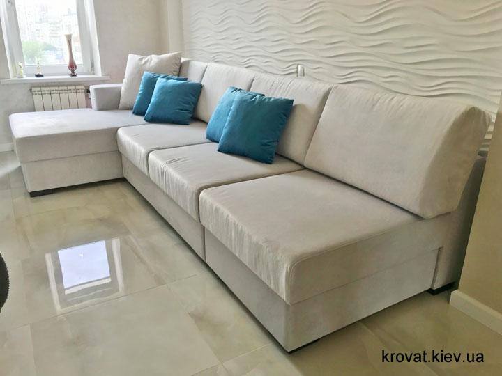 угловой диван без подлокотников в интерьере комнаты