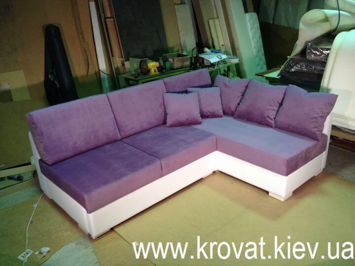 кутовий диван з подушками