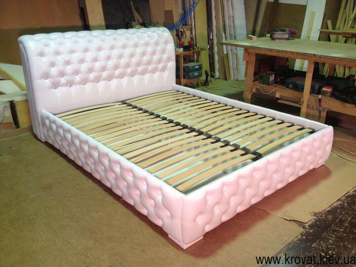 двоспальне ліжко з капітоне