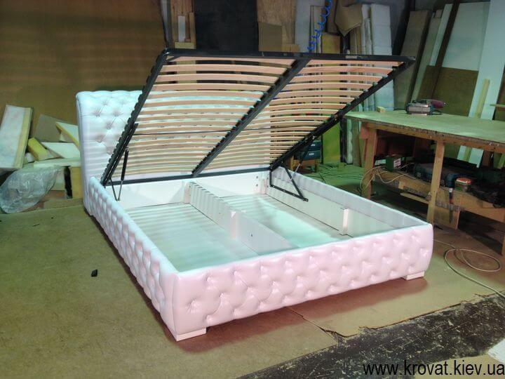 двуспальная кровать с каретной стяжкой