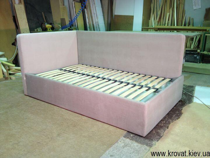 угловые кровати с мягкой спинкой