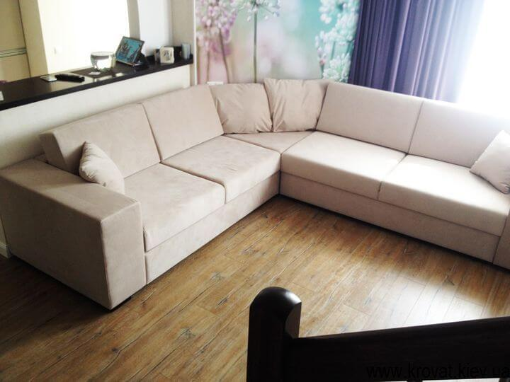 угловой нестандартный диван в интерьере