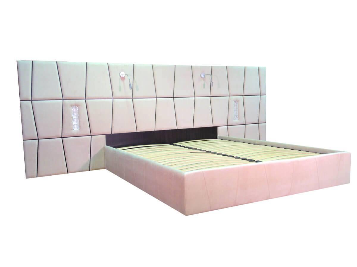 велике ліжко з узголів'ям