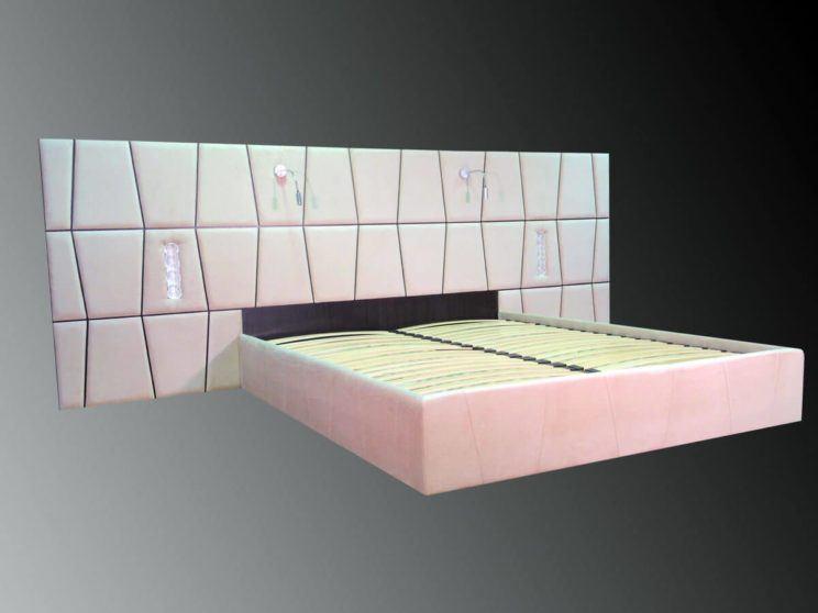 кровать с встроенными розетками и светильниками в изголовье