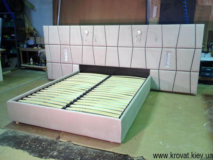 ліжко з широким узголів'ям