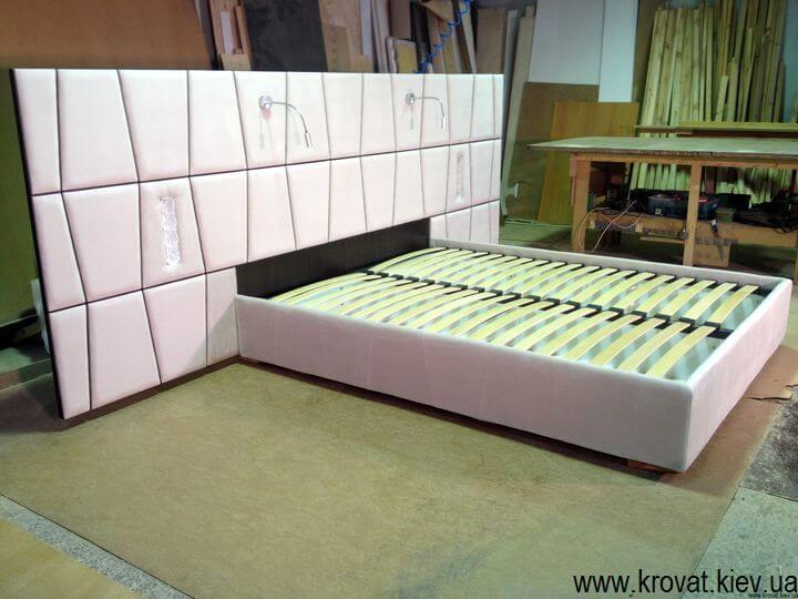 производство кроватей с большим изголовьем