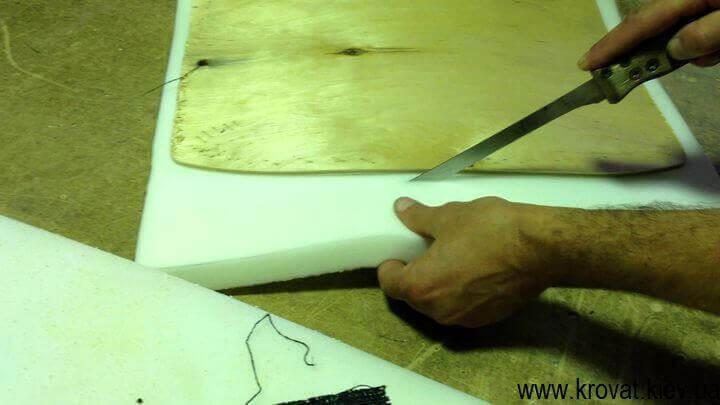 обрезаем поролон по шаблону сидения