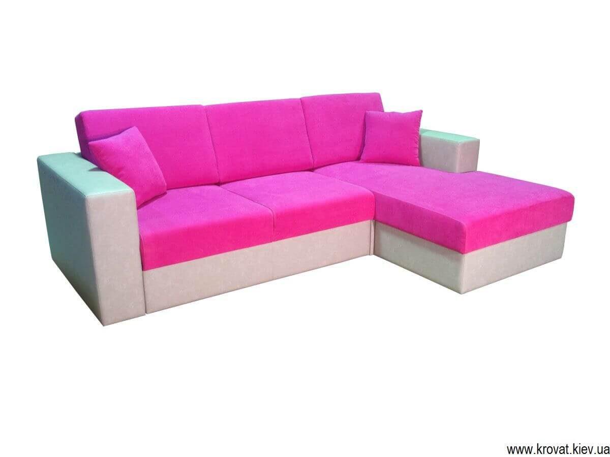диван в розовой ткани