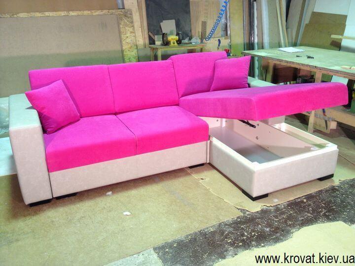 диван в рожевому кольорі