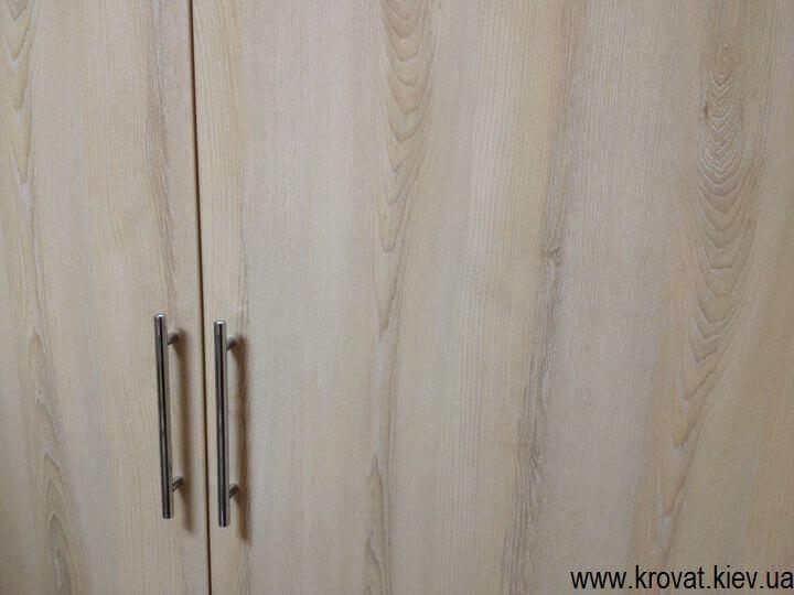 Встроенный шкаф с распашными дверьми на заказ